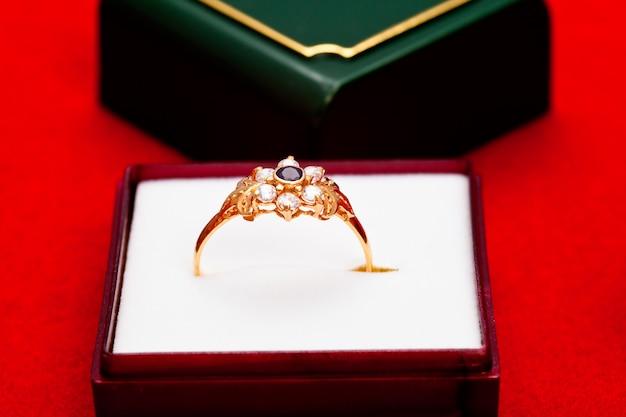 Anel de ouro com zircônia branca e azul enchased