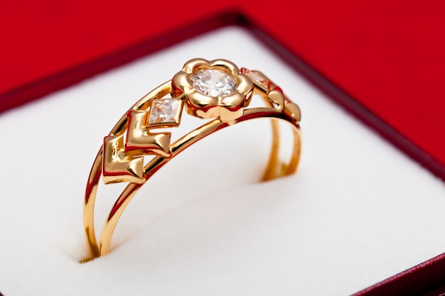 Anel de ouro com zircônia branca enchased
