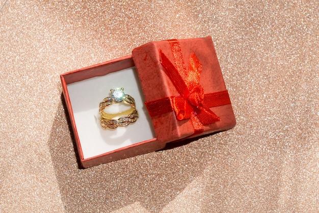 Anel de ouro e caixa de presente