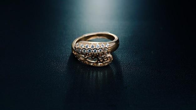 Anel de ouro feminino com motivos como duas cabeças de cobra