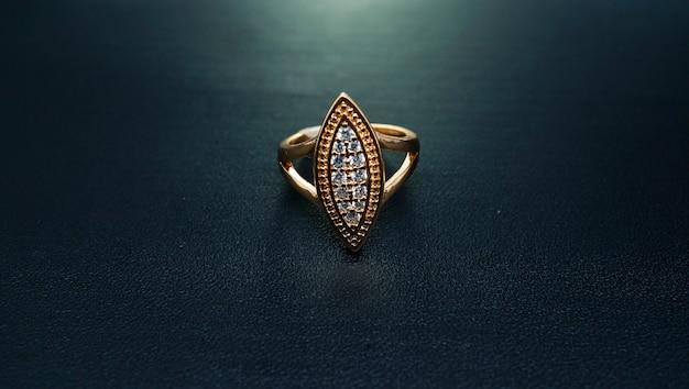 Anel de ouro feminino da arábia saudita