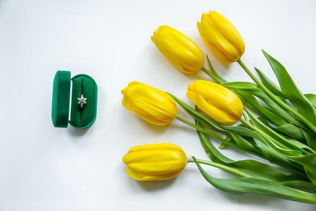 Anel de ouro, tulipas amarelas