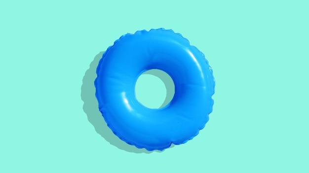 Anel de piscina inflável azul sobre fundo azul.
