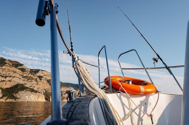 Anel de proteção de bóia salva-vidas em um veleiro em mar aberto