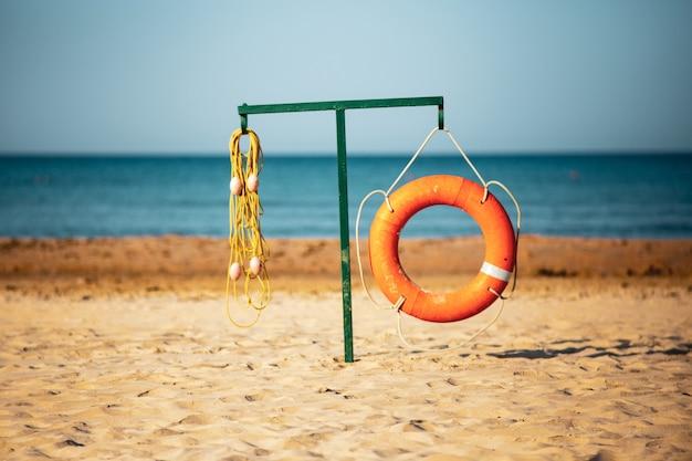 Anel de salvaguarda na praia. dispositivo ajudando a flutuar na água. assistência de resgate.