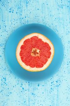 Anel de toranja de vista superior redonda suculenta madura dentro da placa azul no chão azul brilhante Foto gratuita