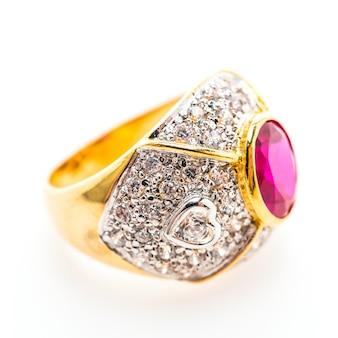 Anel dourado com pedra preciosa roxa