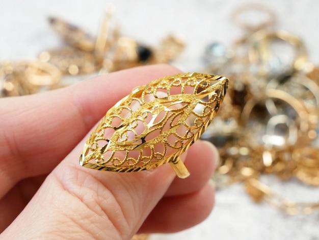 Anel dourado oriental em fundo de joalheria
