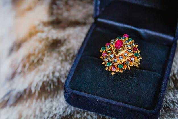Anel em ouro de nove gemas.