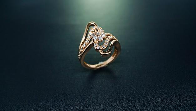 Anel feminino de ouro com motivos reais esculpidos