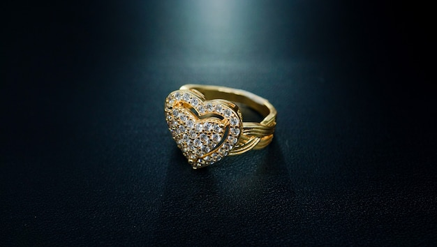 Anel feminino de ouro com padrão de coração