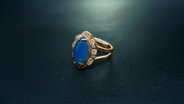 Anel feminino de ouro com safira azul claro