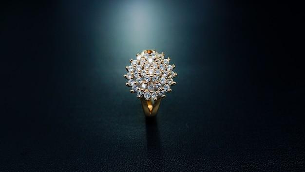 Anel feminino de ouro com um motivo floral