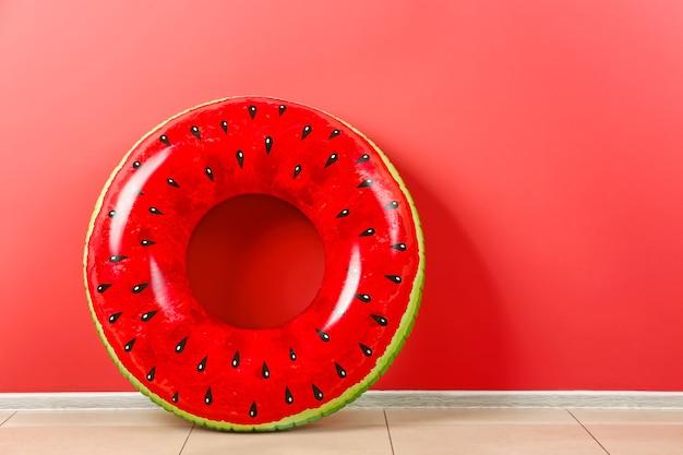Anel inflável perto da parede colorida