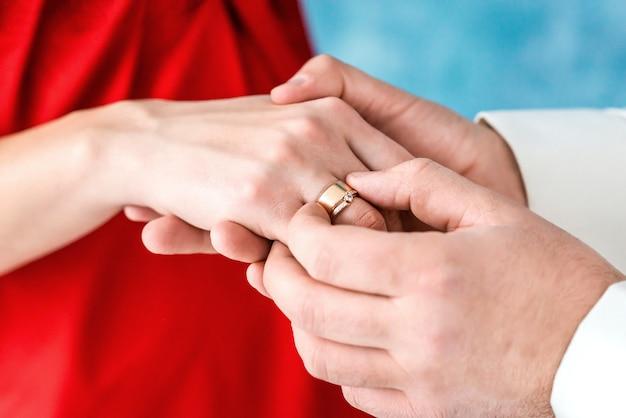 Anel no dedo da noiva