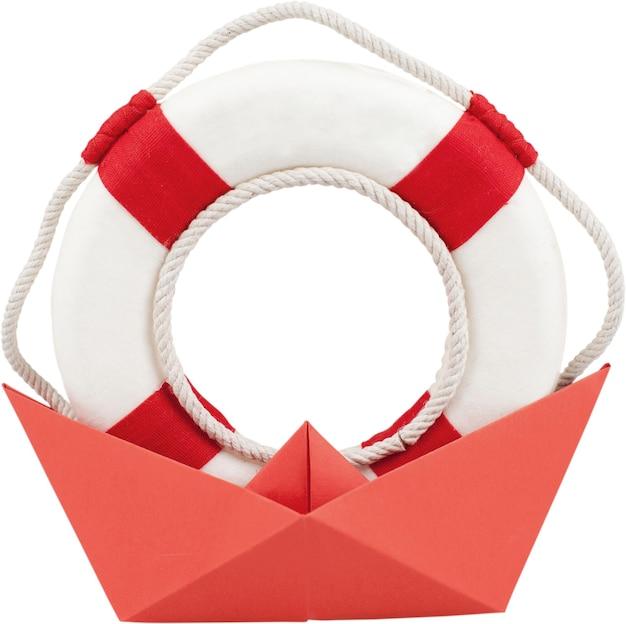 Anel salva-vidas em um barco feito de papel