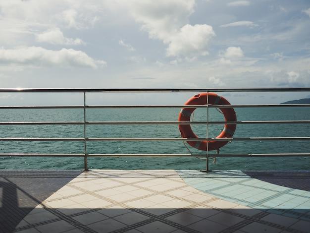 Anel vermelho da vida na balsa.