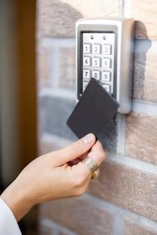 Anexar o cartão ao leitor eletrônico para acessar o escritório ou apartamento
