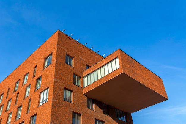 Anexo ao edifício sob a forma de uma grande varanda