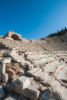 Anfiteatro coliseu na cidade antiga de éfeso, turquia, em um lindo dia de verão