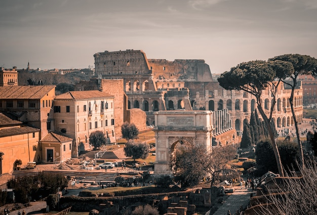 Anfiteatro do coliseu em roma, itália sob o céu cinza