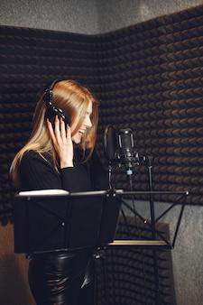 Anfitrião de rádio gesticulando enquanto grava podcast no estúdio de rádio.