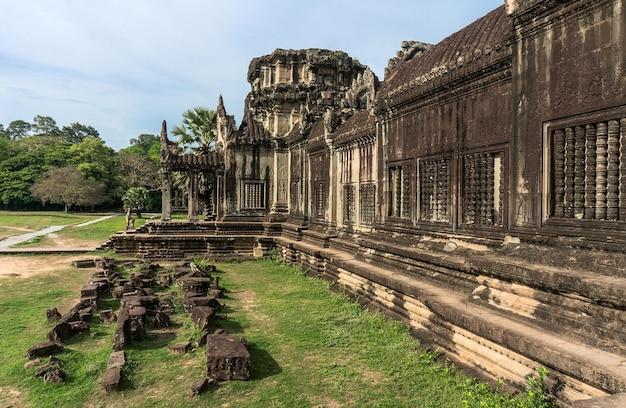 Angkor wat camboja. o antigo templo de pedra da civilização khmer na cidade perdida