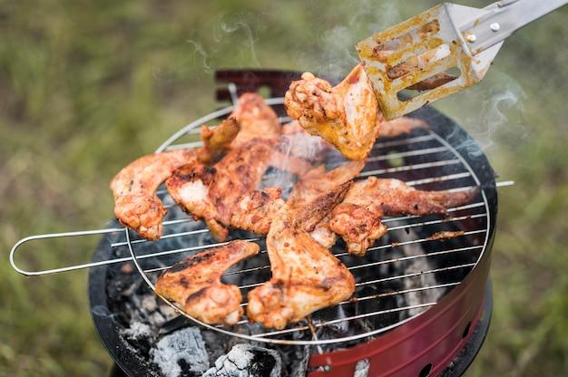 Ângulo alto da carne na grelha sendo cozida