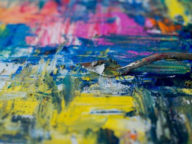 Ângulo alto da ferramenta de pintura com tinta