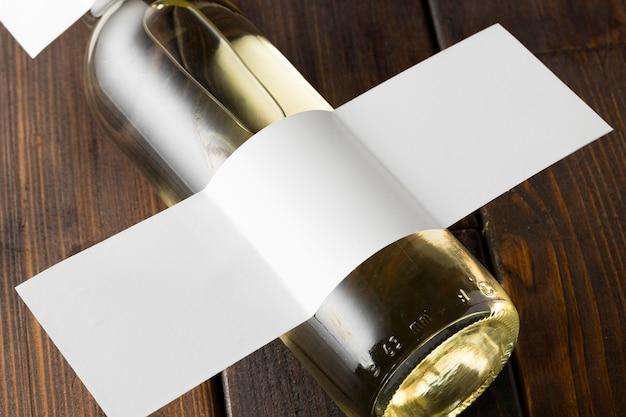Ângulo alto da garrafa de vinho com rótulo em branco
