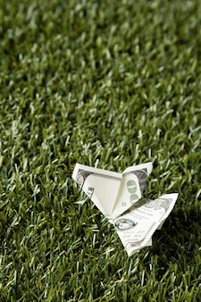Ângulo alto da nota na grama com espaço de cópia