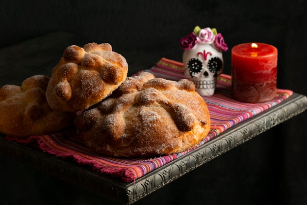Ângulo alto da pan de muerto com vela e caveira