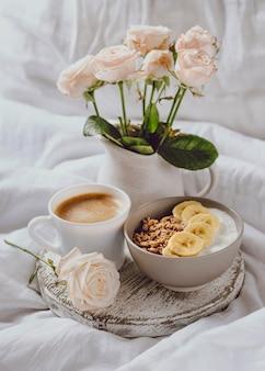 Ângulo alto da tigela de café da manhã com rosas