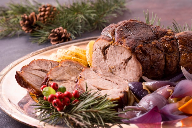 Ângulo alto de bife de natal no prato com pinhas
