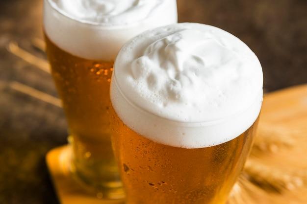 Ângulo alto de copos de cerveja