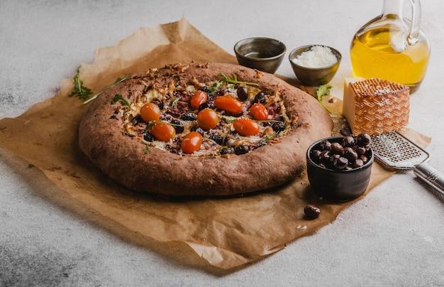 Ângulo alto de deliciosa pizza com queijo parmesão