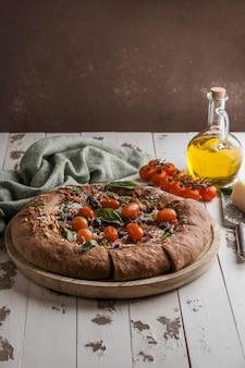 Ângulo alto de deliciosa pizza fatiada com espaço de cópia