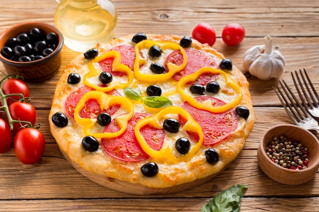 Ângulo alto de deliciosa pizza na mesa de madeira