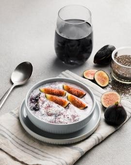 Ângulo alto de delicioso café da manhã saudável