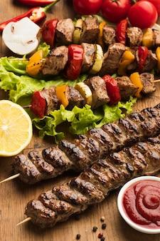 Ângulo alto de delicioso kebab com limão e ketchup
