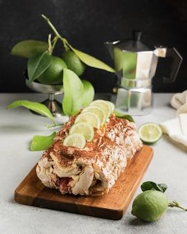 Ângulo alto de delicioso pão e limão