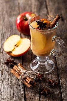 Ângulo alto de delicioso suco de maçã