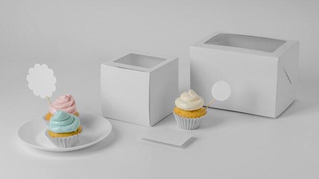 Ângulo alto de dois cupcakes com embalagem
