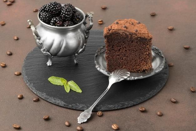 Ângulo alto de fatia de bolo de chocolate com amoras