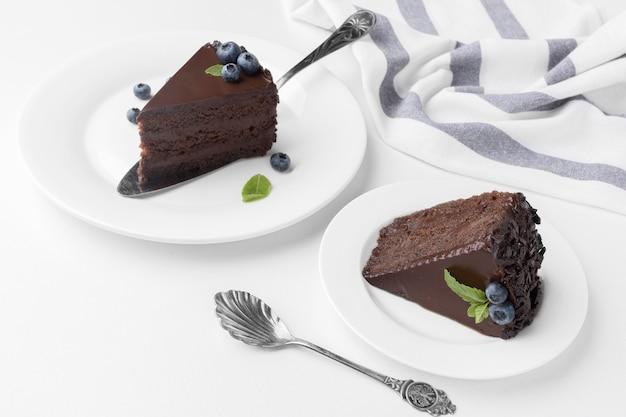 Ângulo alto de fatias de bolo de chocolate em pratos
