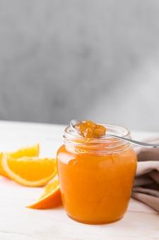 Ângulo alto de geléia de laranja em frasco de vidro