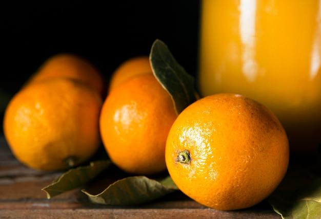 Ângulo alto de laranjas de outono com suco