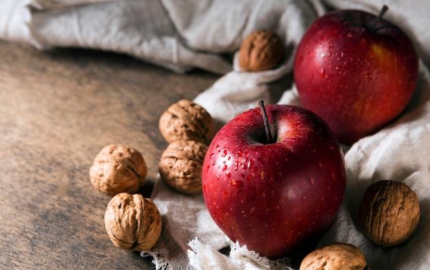 Ângulo alto de maçãs de outono com nozes