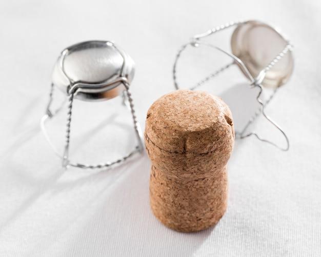 Ângulo alto de muselets e cortiça para garrafas de vinho
