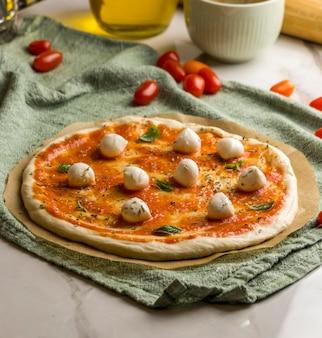 Ângulo alto de pizza com mussarela e tomate